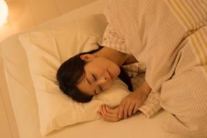 ニキビ クレーター 自宅 治療 ターンオーバー 規則正しい 睡眠