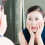 顔のたるみ改善の寝方はうつ伏せ・仰向け、どっちが良い?