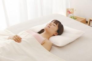 顔 たるみ 改善 枕の高さ
