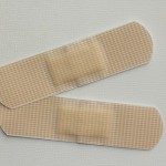 ニキビを治すのに絆創膏を寝る前に貼るのが効果的?