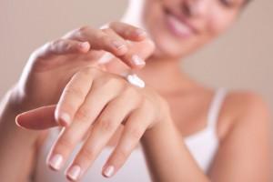 ハンドクリーム 爪の根元 すりこむ 爪の保湿ケア