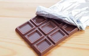ニキビ 悪化させる食べ物 糖質 カフェイン チョコ
